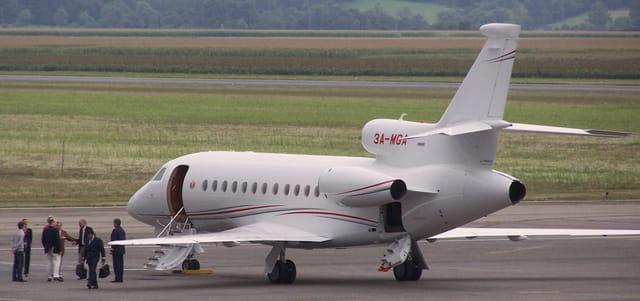 Monseigneur Albert de Monaco et son avion personnel.