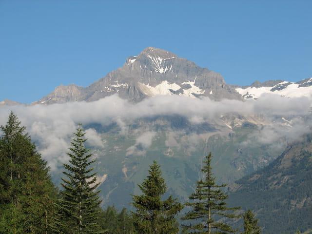 Montagne cerclée de brume