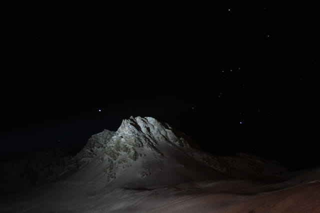 Montagne ou roche lunaire ?