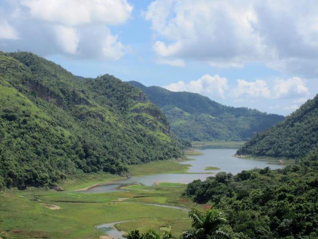 Montagnes et lac près de Trinidad