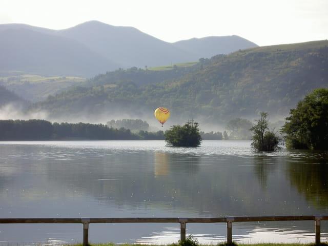 Montgolfière sur lac