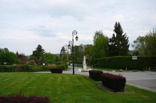 Monument aux morts au milieu de la chaussée