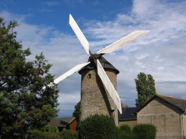 Moulin à vent - fontaine couverte