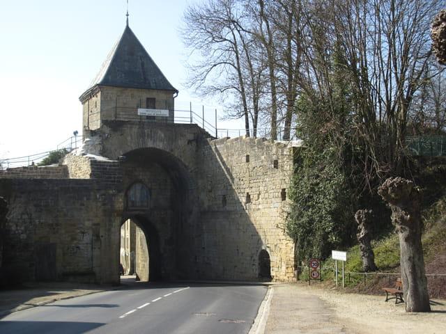 Mouzon , la porte de Bourgogne