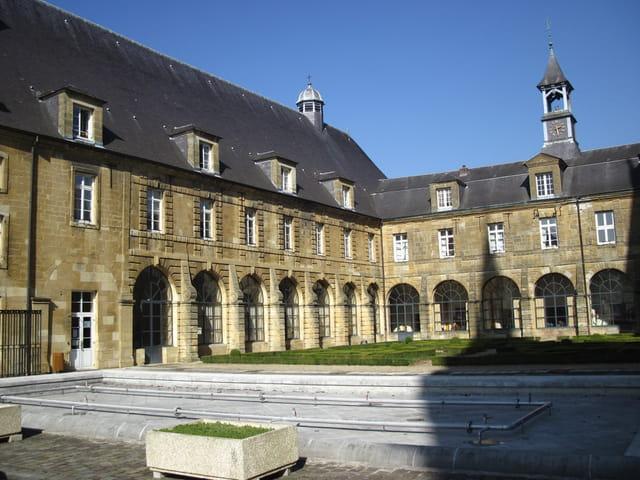 Mouzon : le prieuré de l'abbatiale
