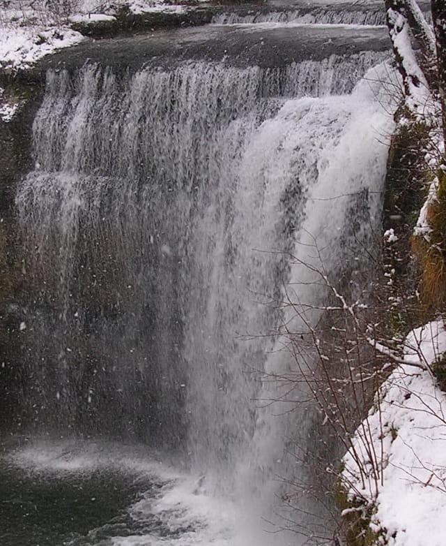 Neige sur la cascade du hérisson