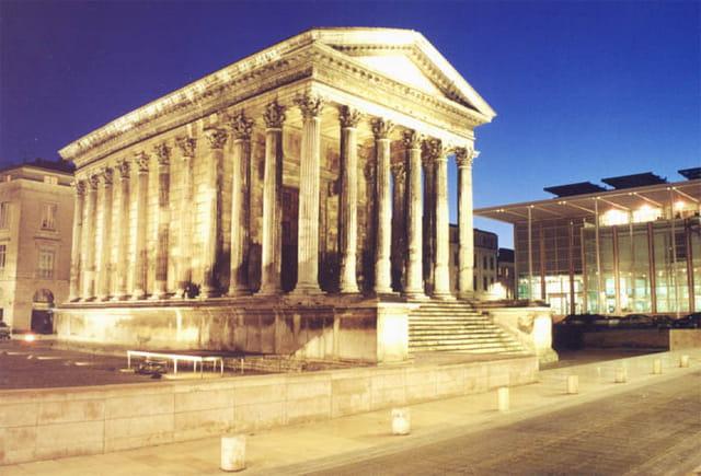 Nîmes, la maison carrée de nuit