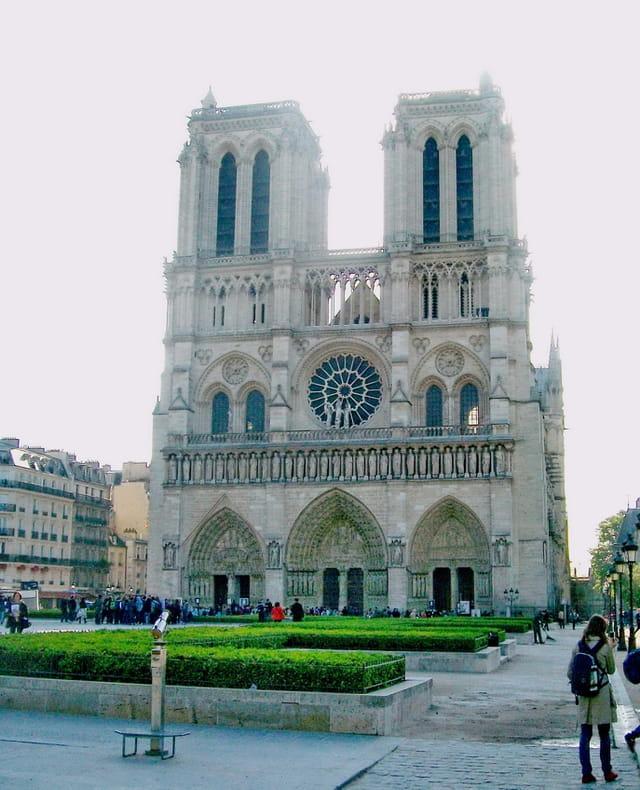 Notre-Dame de Paris et le Parvis Jean-Paul II