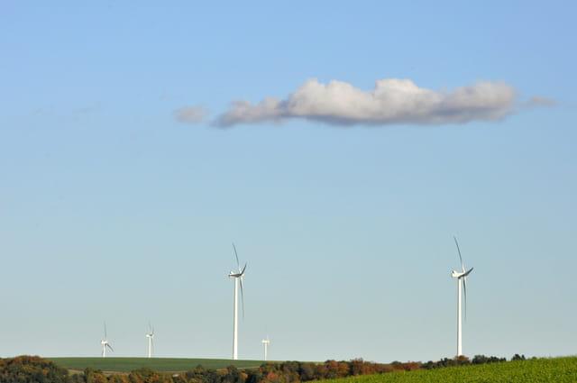 Nuage se reposant sur les éoliennes