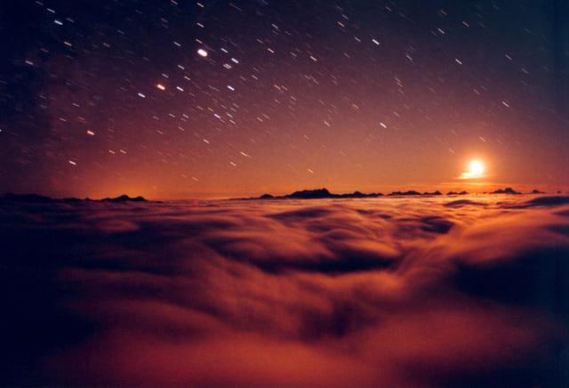 Océan de nuages rouges