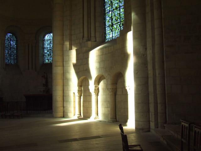Ombres et lumières dans l église