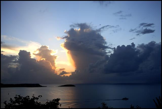 Orage tropical au crépuscule