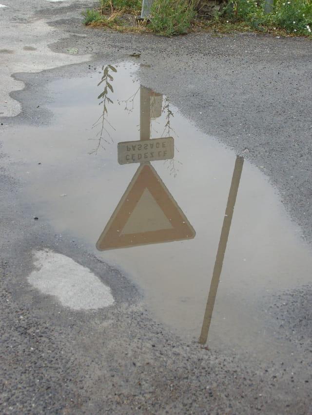 Panneaux dans l'eau