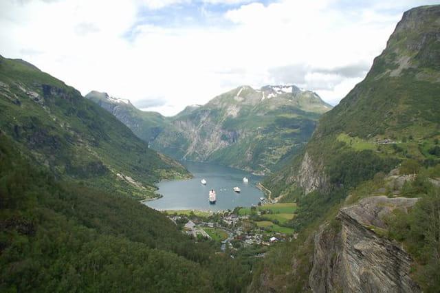 Paquebots dans le fjord de Geiranger au pied du village de  Hellesylt