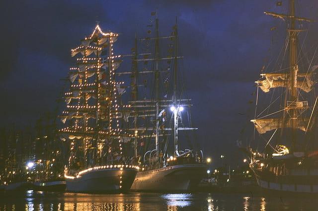 Parade nocturne de voiliers