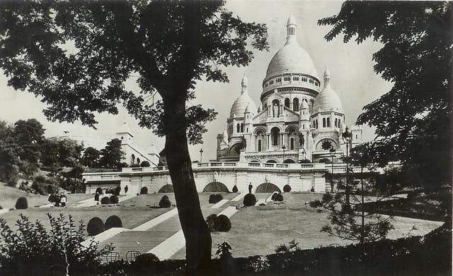 PARIS, le Sacré Coeur de Montmartre en 1945
