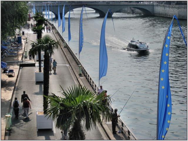 Paris Plage - Les berges et les oriflammes