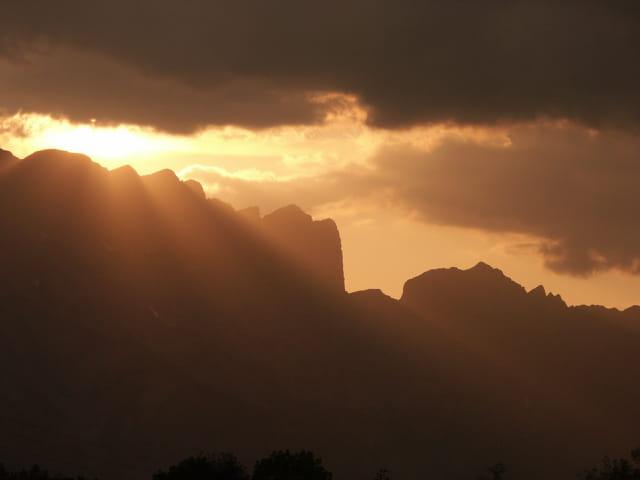 Passage entre les nuages et la montagne