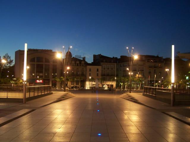 Pau by night.