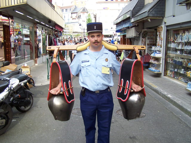 """Pélerinage militaire de LOURDES - Gendarme """"sonneur de cloches""""."""