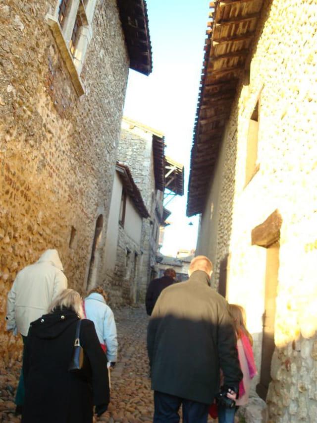 Pellerins modernes entre les vieux murs