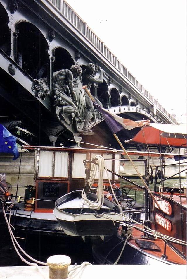 Péniche à quai, pont de Bir-Hakeim