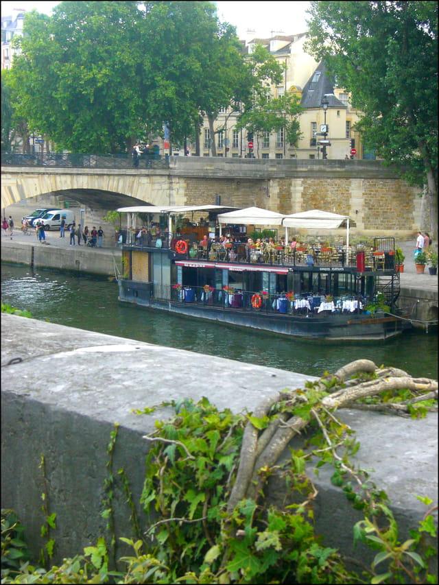Péniche-restaurant sur la Seine