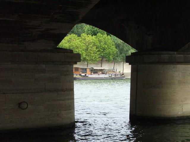 Péniche sous le pont