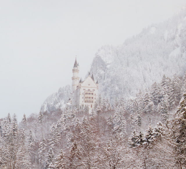 Château de Neuschwanstein perdu dans la brume