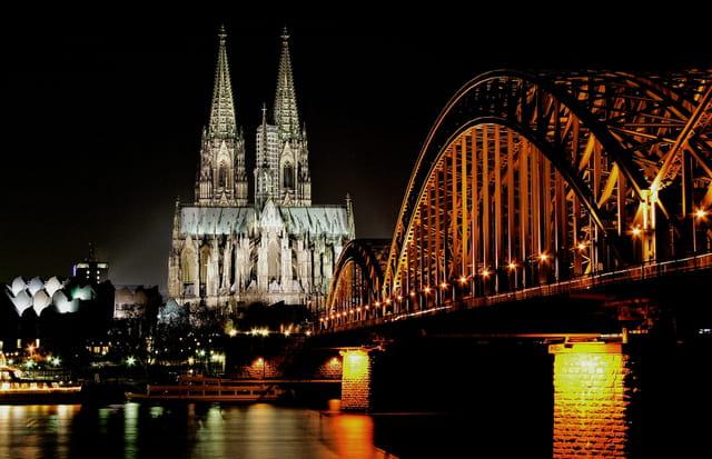 Perspective de Cologne la nuit