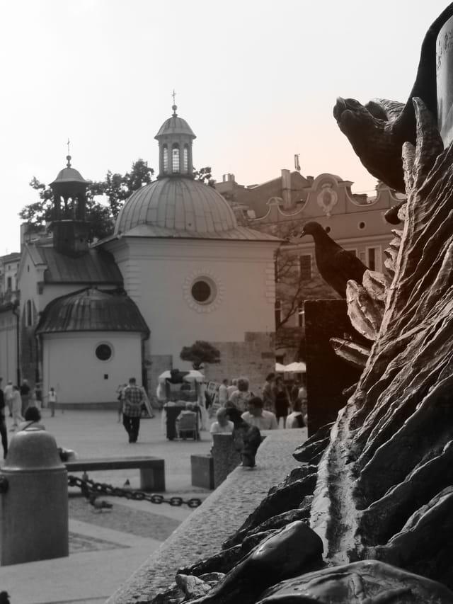 Perspective du pied de la statue d'Adam Mickiewicz