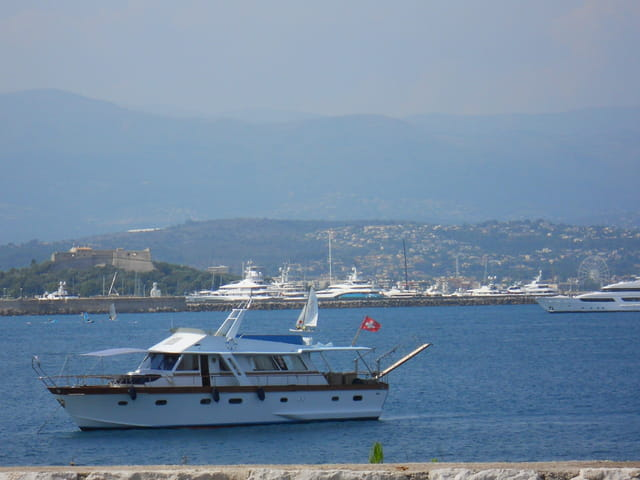 Petit yacht, mouillant dans la baie d'antibes