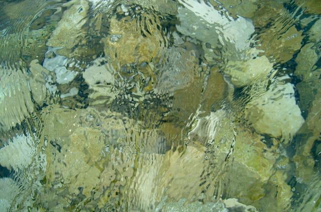 pierres sous l'eau
