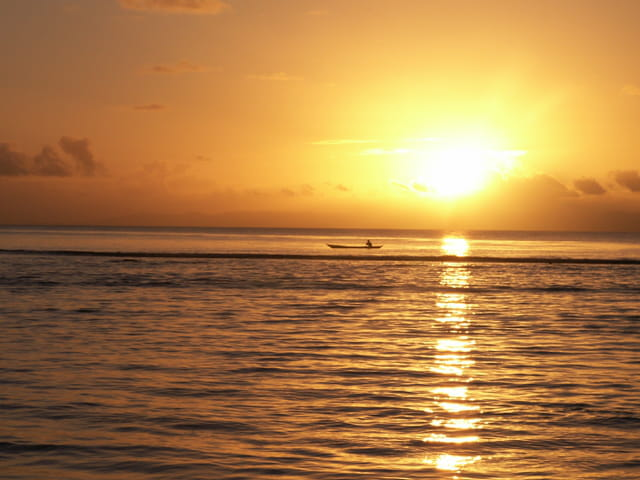 Pirogue au coucher du soleil