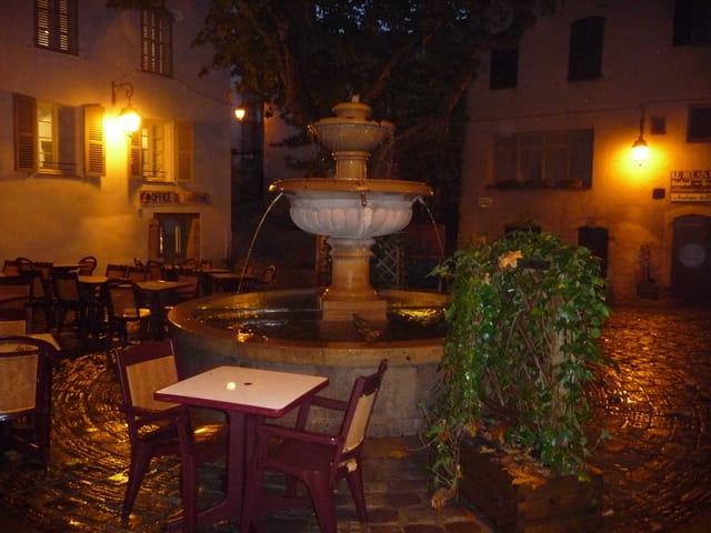 Place de la fontaine sous la pluie.