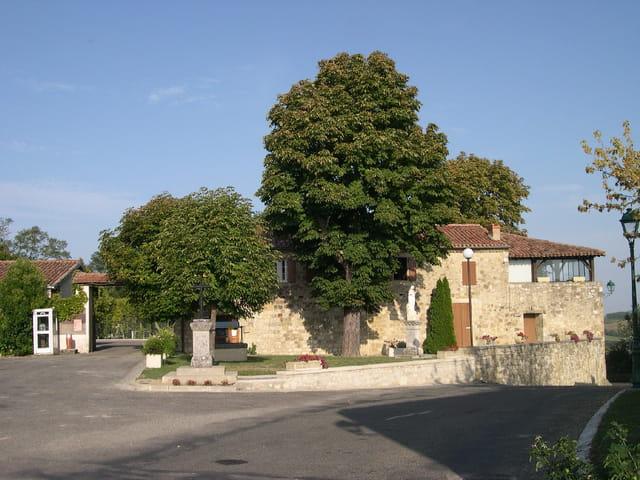 Place du village de castillon-massas