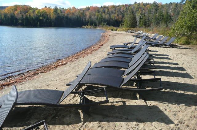 Plage du lac Sacacomie à l'automne
