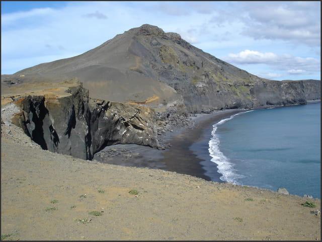 Plage noire volcanique