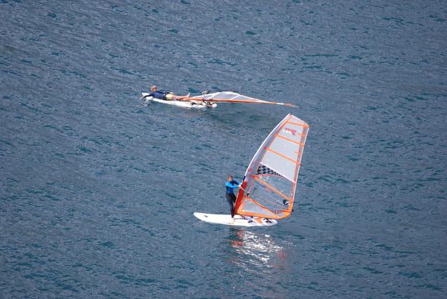 planche à voile dans le port de Funchal