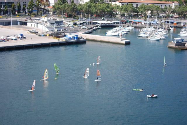 planches à voile dans le port de Funchal