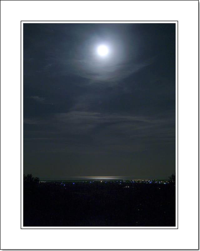 Pleine lune se réfletant sur la mer