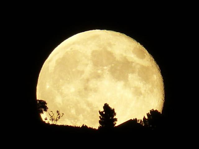 Pleine lune sur l'horizon
