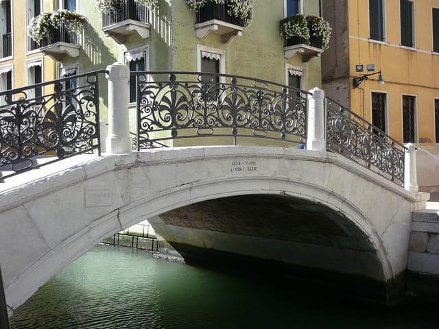 Pont à côté de la Salute