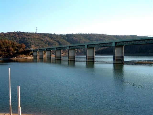 Pont sur le lac de st cassien