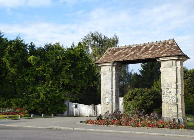 Porche de l'ancienne ferme du Prieuré Sainte-Cécile, XVIIIe