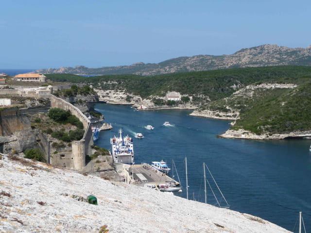 Port de Bonifaccio vu de la citadelle.