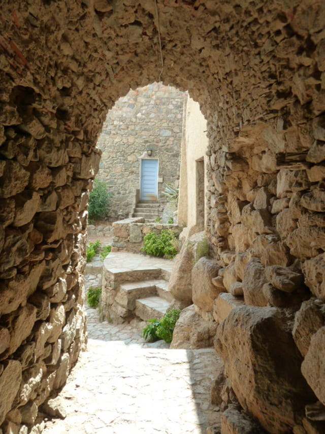 porte cachée à Saint Antonino en Corse