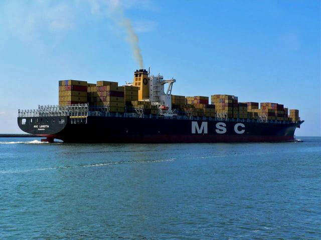 Porte-conteneurs sortant du port du Havre