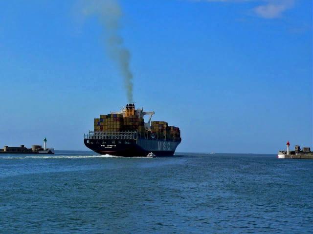 Porte conteneurs sortant du port du Havre