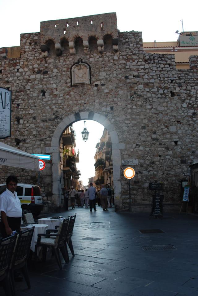 porte d'entrée dans la vieille ville de Taormine